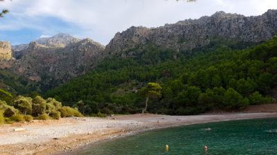 Pláž pod horami