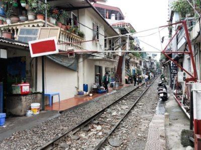 Fotografie Vietnam, koleje mezi domy