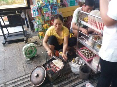 Příprava jídla na chodníku