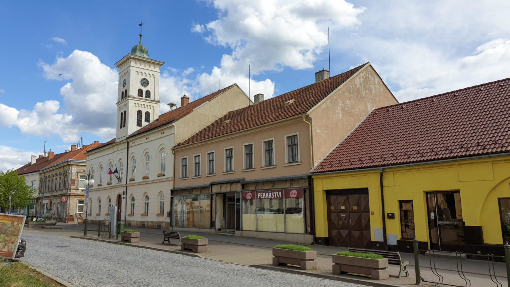 roh náměstí s radnicí