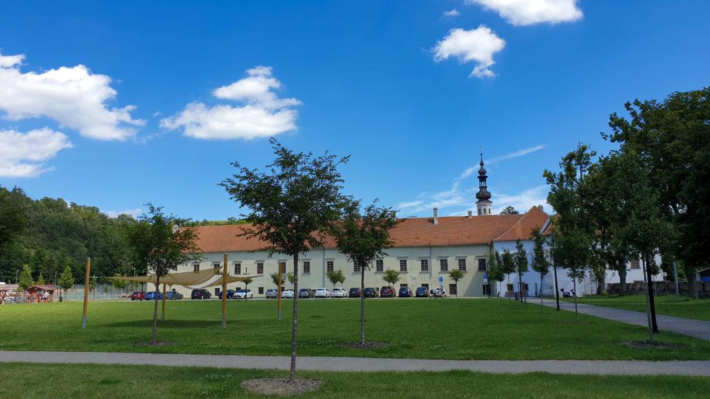 zámek Oslavany - pohled z parku
