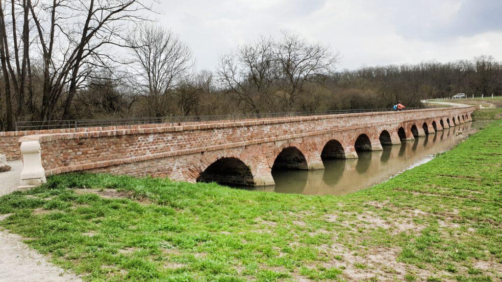 Cihlový barokní most